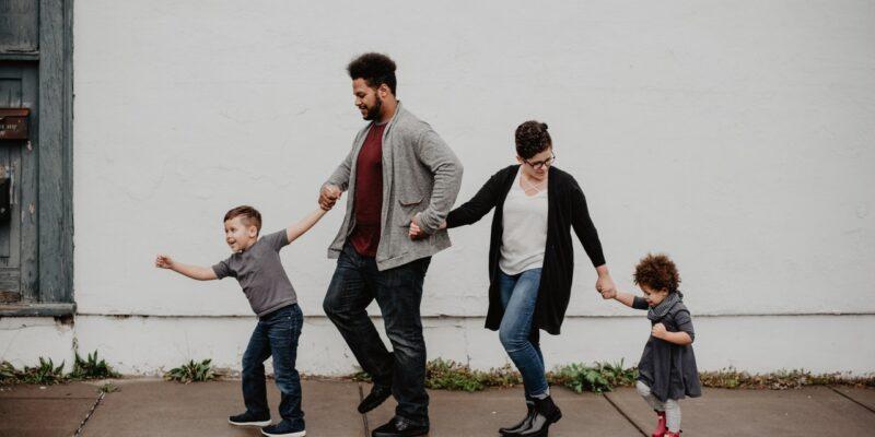 Ouders met kinderen lopen